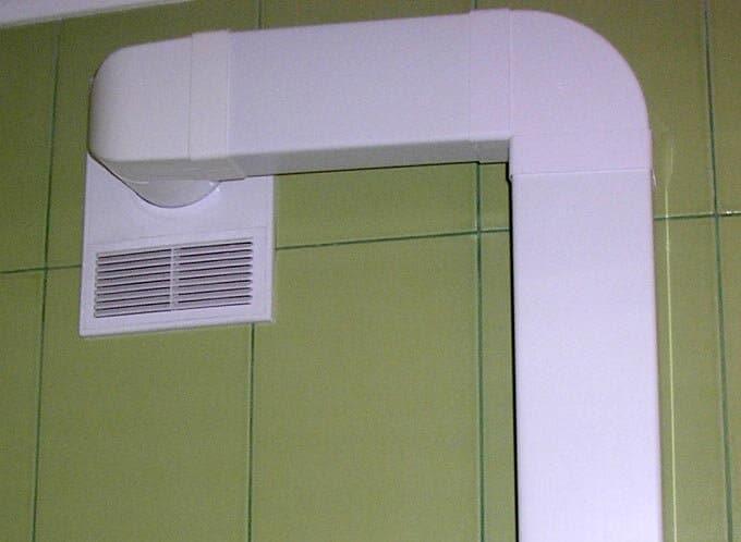В этом случае воздух из комнаты уходит в вытяжной канал, но свежий уличный воздух не может попасть на освободившееся место.